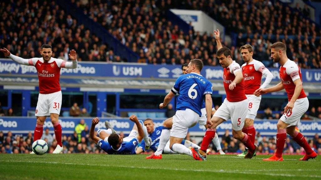 Arsenal dealt top-four blow by Everton