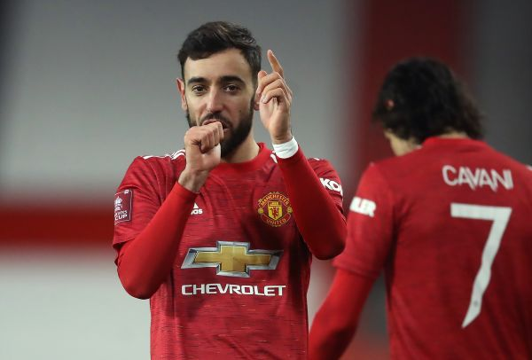 Fernandes goal takes Man Utd through at Liverpool's expense