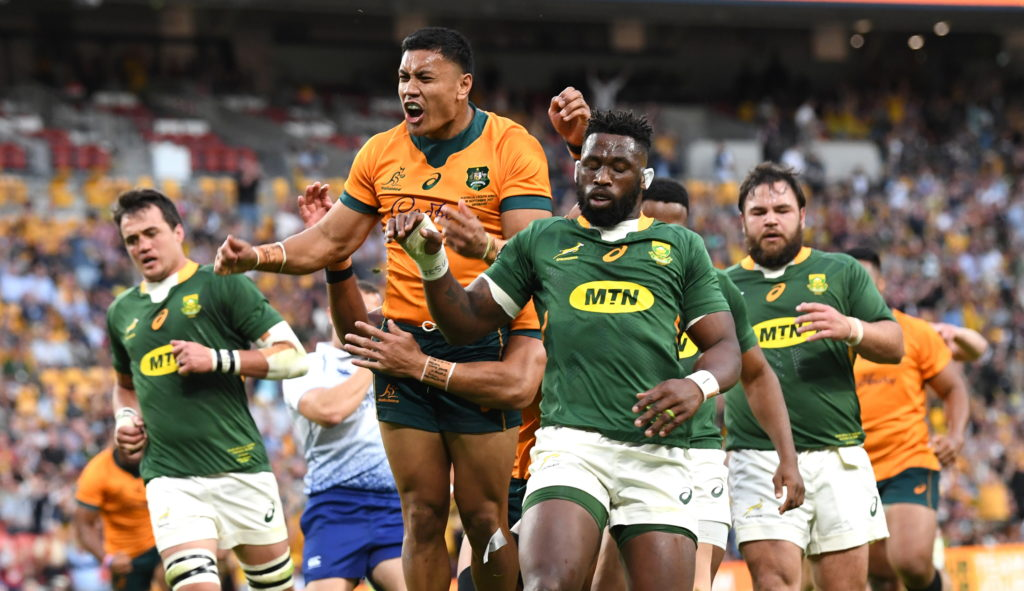 epa09474445 Len Ikitau (C) of the Wallabies celebrates scoring a try during the Round 4 Rugby Championship match between the Australian Wallabies and the South Africa Springboks at Suncorp Stadium in Brisbane, Australia, 18 September 2021. EPA/DARREN ENGLAND EDITORIAL USE ONLY