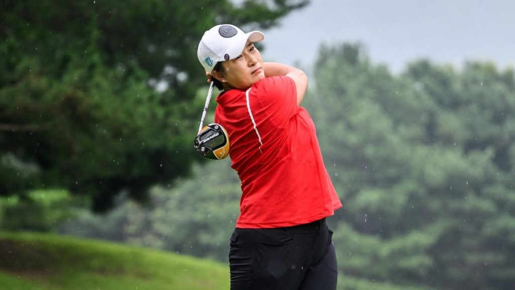 This picture taken on August 30, 2021 shows South Korean golfer Pak Se-ri teeing off as it drizzles during a practice round at the Silk River Country Club golf course in Cheongju. - Five years after retiring, the woman who paved the way for South Korean golfers to dominate the ladies' game still exudes a sense of steely determination on the course. - TO GO WITH Golf-KOR-SKorea-people-social,INTERVIEW by Kang Jin-kyu (Photo by Anthony WALLACE / AFP) / TO GO WITH Golf-KOR-SKorea-people-social,INTERVIEW by Kang Jin-kyu (Photo by ANTHONY WALLACE/AFP via Getty Images)